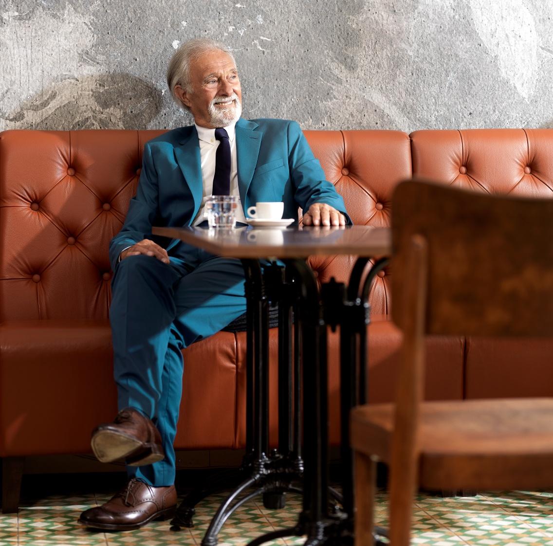 Herr ist gelassen am Kaffee trinken, Vorsorge ist geregelt